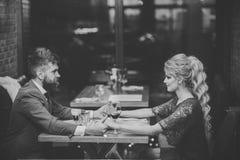 Date au restaurant Couples dans l'amour au restaurant Date des couples de famille dans des relations romantiques, amour valentine Image libre de droits
