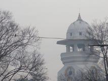 Date brumeuse et une tour d'horloge Photographie stock libre de droits