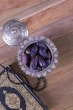 Date con le perle e Corano sulla vista superiore del fondo di legno - Concetto del fitr di Al del Ramadan kareem/Eid Fotografie Stock