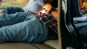 date dans la voiture les gens qui se situent dans la voiture et tiennent des mains regardez par la fenêtre dans la voiture Vue de Photos stock