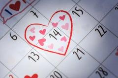Date 14 dans le calendrier avec le signe de coeur Saint Valentin et amour concentrés Image libre de droits