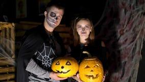 Date dans le style de la partie de Halloween, la nuit, crépuscule, dans les rayons de la lumière, le type avec une fille s'est ha banque de vidéos