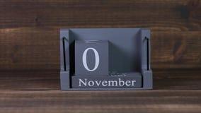 date 03 de établissement sur le calendrier en bois de cube pendant des mois de novembre clips vidéos