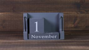 date 10 de établissement sur le calendrier en bois de cube pendant des mois de novembre clips vidéos
