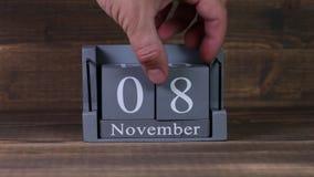 date 08 de établissement sur le calendrier en bois de cube pendant des mois de novembre clips vidéos