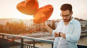 Date de attente d'homme triste la date de valentine Photo stock