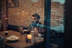 Date de l'homme et de fille dans des relations romantiques, amour Jour de valentines avec l'homme barbu Réunion d'affaires de l'h images libres de droits