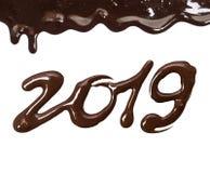 Date de la nouvelle année 2019 écrite par le chocolat fondu sur un blanc image libre de droits