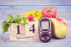 Date du 14 novembre, du glucometer et des fruits avec des légumes, concept de jour de diabète du monde Image stock