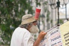 Date : 30/5/2015 Emplacement : Sintagma Athènes Grèce Homme sans abri et protestant dans la place de Sintagma Image libre de droits