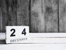 Date en bois blanche 24 d'exposition de calendrier de bloc et mois décembre sur W Image stock
