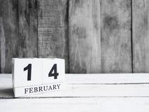 Date en bois blanche 14 d'exposition de calendrier de bloc et mois février sur W Image libre de droits