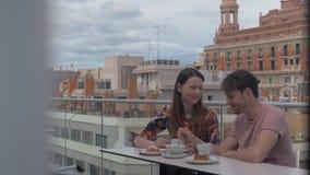 Date en café de dessus de toit avec le déjeuner délicieux banque de vidéos