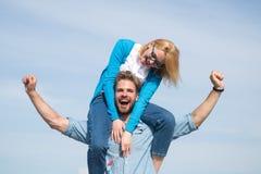 Date heureuse de couples ayant l'amusement ensemble Les amants apprécient la date et le sentiment gratuits Concept de liberté Les Photo libre de droits