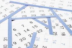 Date indicate ad una pagina del calendario; Fotografia Stock