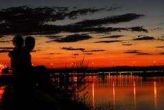date nära floden Arkivfoton