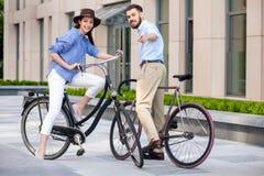 Date romantique de jeunes couples sur des bicyclettes Photos stock
