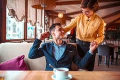 Date romantique des couples d'amour dans le restaurant Photographie stock libre de droits