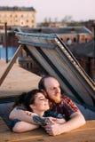 Date romantique sur le toit Couples appréciant le coucher du soleil Images libres de droits
