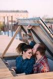 Date romantique sur le toit Plan rapproché de couples d'amour Photographie stock libre de droits