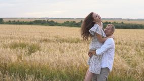 Date romantique sur un champ de blé, le couple d'amour étreint banque de vidéos
