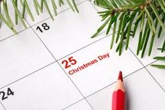 date 25 sur le calendrier avec la marque rouge Faire gagner la datte Concept de préparation de vacances de Noël images stock