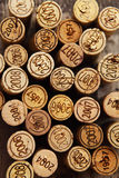 Dated пробочки бутылки вина на деревянной предпосылке Стоковое фото RF