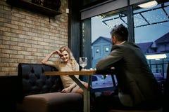 Dateer een houdend van paar Paar in liefde bij het restaurant Valentijnskaartendag met sexy vrouw en de gebaarde mens Voorstel en stock afbeeldingen