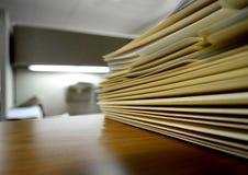Datei-Faltblätter auf Regal oder Schreibtisch Stockfotografie