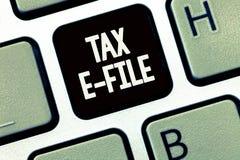 Datei Handschriftstextschreiben Steuer-E Konzeptbedeutung System, das Steuerdokumente nach US Internal Revenue Service sendet stockbilder
