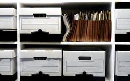 Datei-Kästen auf Regal lizenzfreie stockfotos