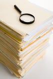 Datei-Stapel und Vergrößerungsglas Lizenzfreie Stockbilder