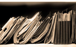 Dateien auf Regal lizenzfreies stockbild
