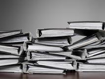 Dateien gestapelt auf einem Schreibtisch lizenzfreie stockfotografie