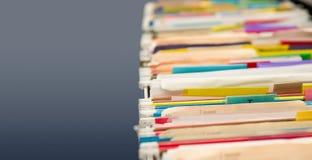 Dateifaltblätter voll von Daten Stockbild