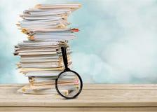 Dateiordner mit Dokumenten und Lupe stockfoto