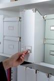 Dateiordner, stehend auf Regalen im Hintergrund Lizenzfreies Stockbild