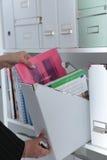 Dateiordner, stehend auf Regalen im Hintergrund Lizenzfreie Stockfotos