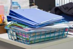 Dateiordner und Stapel des Geschäftsberichtpapierarchivs auf dem tablefile Ordner und Stapel des Geschäftsberichtpapierarchivs au Lizenzfreie Stockfotografie