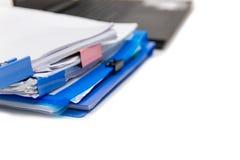Dateiordner und Stapel des Geschäftsberichtpapierarchivs auf dem Tisch in einem Arbeitsbüro stockbild