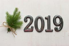 Daten 2019 an einem weißen hölzernen Hintergrund, Fichtenzweige, bokeh Effekt 2019 neues Jahr stockfotografie
