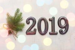 Daten 2019 an einem weißen hölzernen Hintergrund, Fichtenzweige, bokeh Effekt 2019 neues Jahr stockfoto