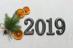Daten 2019 an einem weißen hölzernen Hintergrund, Fichtenzweige, bokeh Effekt 2019 neues Jahr stockbild