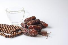 Daten und Glas von wasser- die Sachen verwendet, um das schnelle bei Sonnenuntergang während des moslemischen heiligen Monats von Stockfoto