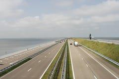 Datenbahn auf Afsluitdijk Stockfoto