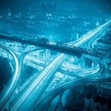Datenbahn in der Stadt nachts stockbild