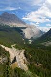 Datenbahn durch Berge stockfotos
