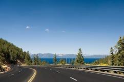 Datenbahn durch Lake Tahoe stockbilder