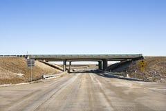 Datenbahn mit Überführungbrücke. lizenzfreie stockfotografie