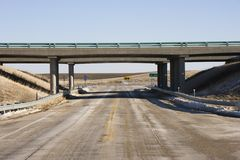 Datenbahn mit Überführungbrücke. Stockbilder